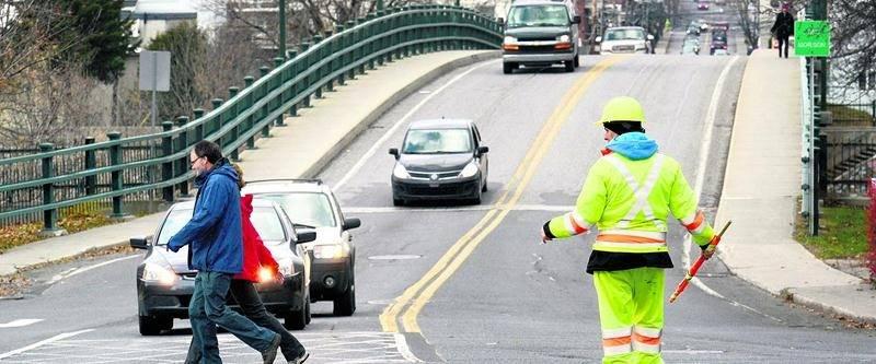 La Ville de Saint-Hyacinthe entend former sa propre équipe pour prendre la relève des signaleurs qui assurent la fluidité de la circulation depuis que le pont Bouchard a été fermé d'urgence. Photothèque   Le Courrier ©