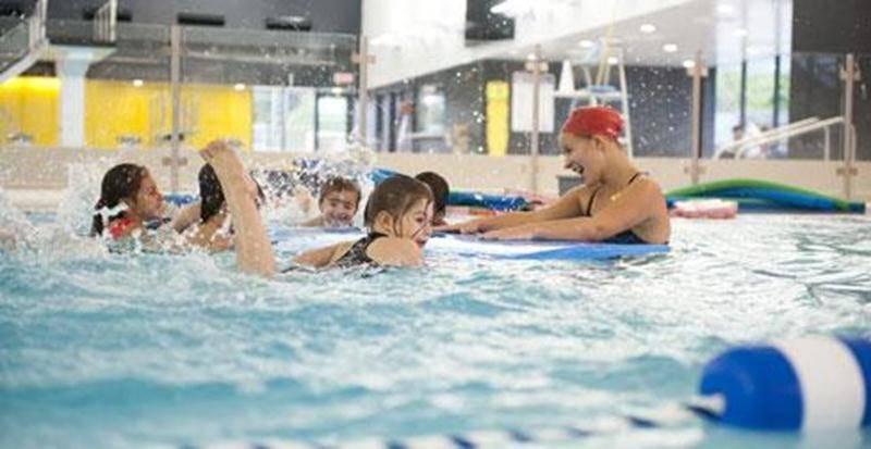 Leçon de natation au Centre aquatique Desjardins.