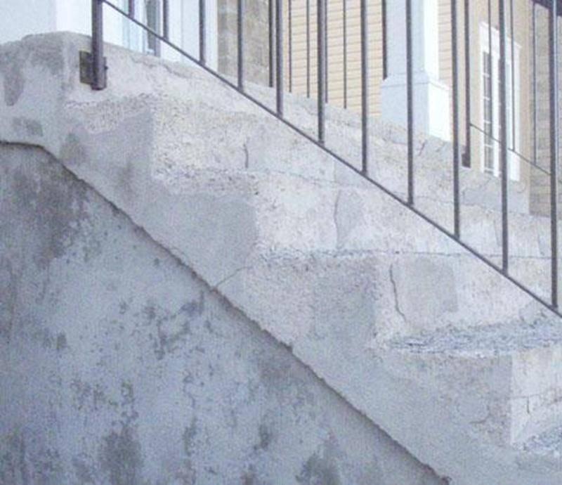 Photo d'un escalier en béton dont la surface des marches s'écaille.