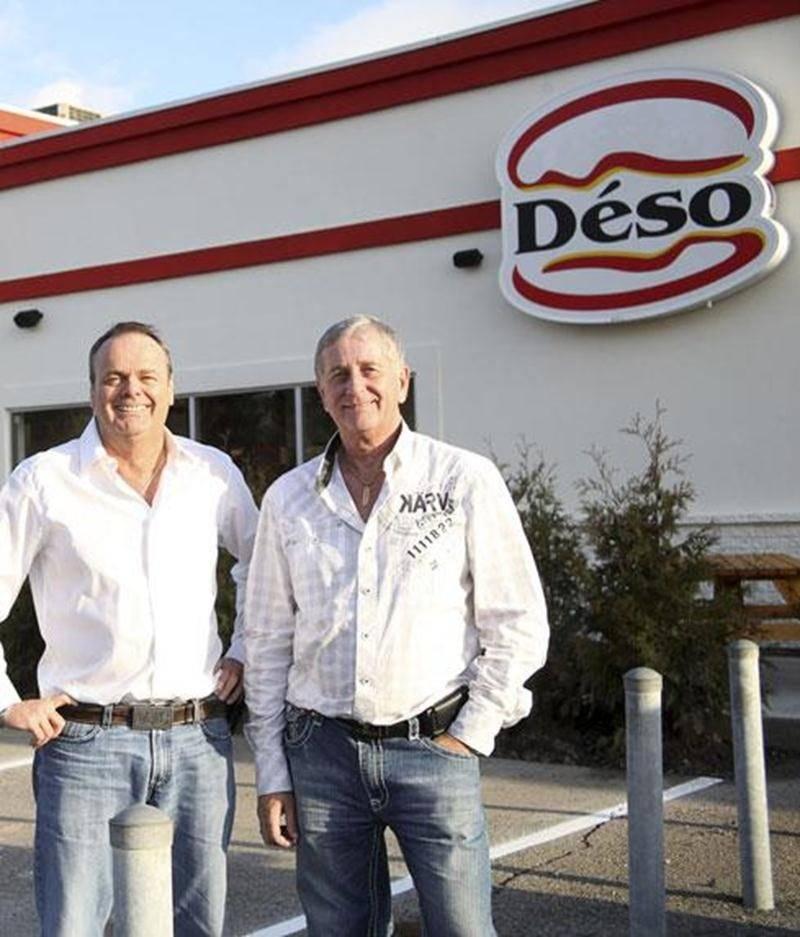André Désautels (à gauche), propriétaire de Déso Burger, un nouveau commerce de restauration rapide qui vient d'ouvrir ses portes à Saint-Hyacinthe. Sur la photo, il est accompagné de son associé Michel Bernier.