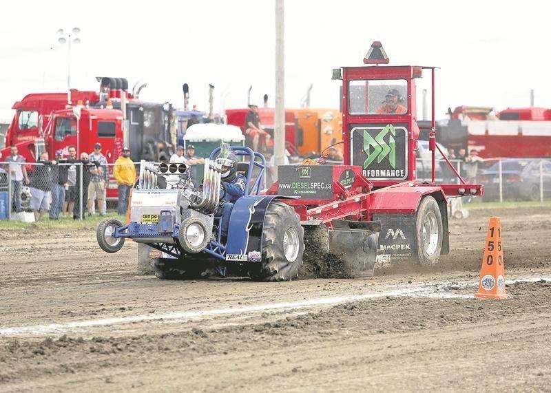 Les tires de tracteurs ont dû être annulés à cause de la pluie du vendredi soir, mais les amateurs ont quand même pu se reprendre le dimanche après-midi.  Photo Robert Gosselin | Le Courrier ©