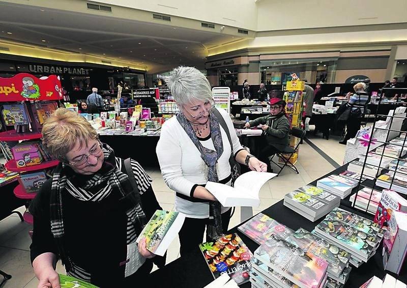 Les visiteurs avaient le choix parmi un millier de livres en exposition. Photo Robert Gosselin | Le Courrier ©
