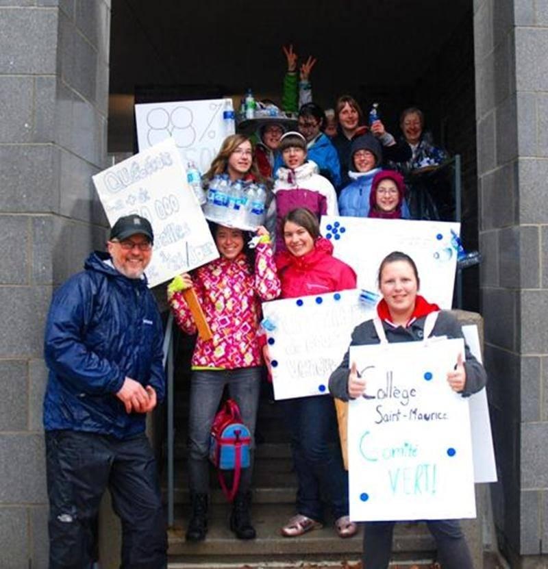 Une délégation du Collège Saint-Maurice a bravé la pluie et le vent froid pour célébrer la Terre, aux côtés du Comité des citoyens pour la protection de l'environnement maskoutain. Deux membres de son comité vert, Catherine Paul et Andrée-Ann Sirard, ont pris la parole pour rappeler la nuisance que représente l'eau embouteillée et pour annoncer une autre marche symbolique de 6 km, le 17 mai, ce qui représente la distance moyenne parcourue chaque jour par les femmes du Sud pour puiser l'eau potab