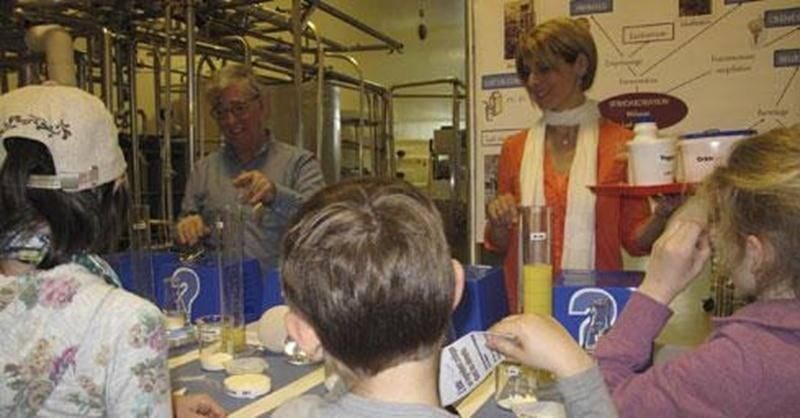 Des jeunes découvrent avec des experts du CRDA comment la science permet de comprendre la composition des aliments.