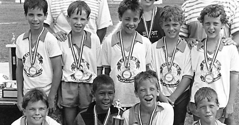 Jeunes joueurs de soccer moustique équipe La Providence, vers 1986, accompagnés de François Piette, Marie-Hélène Salvail et Léo-Patrick Morey. PhotoCH380. Archives Centre d'histoire de Saint-Hyacinthe.