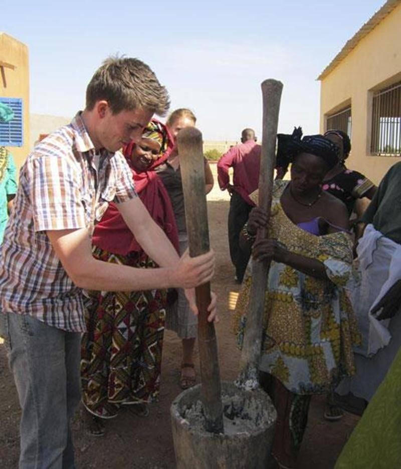 Francis Beauregard aide à la préparation du savon traditionnel fabriqué à base d'huile de karité dans un village situé dans la partie sud du Mali.