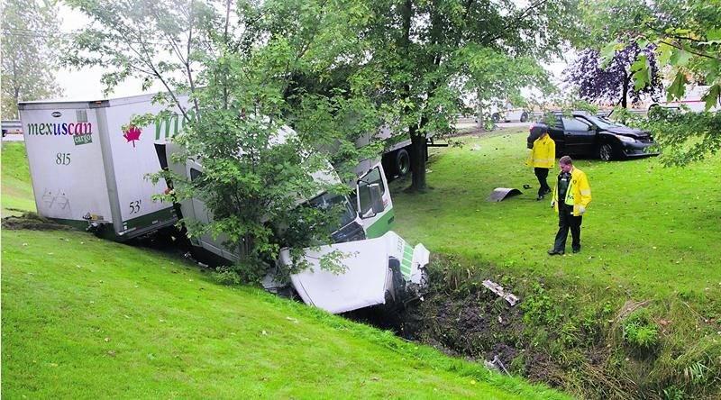 Les véhicules impliqués dans l'accident de lundi matin, sur la route 116 à Upton, sont devenus des amas de ferraille à la suite de violents impacts qui ont coûté la vie à deux personnes de la région d'Acton Vale.  Photo Bruno Beauregard