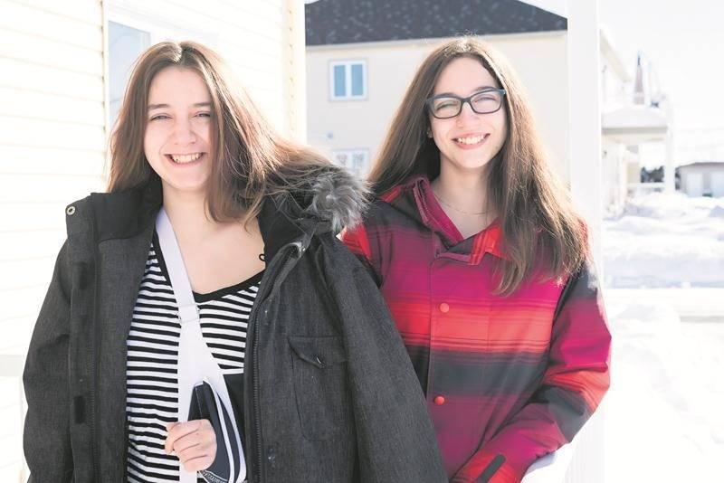 Ariane et Amylia étaient heureuses du dénouement favorable de leur aventure en VTT. Photo Patrick Roger   Le Courrier ©