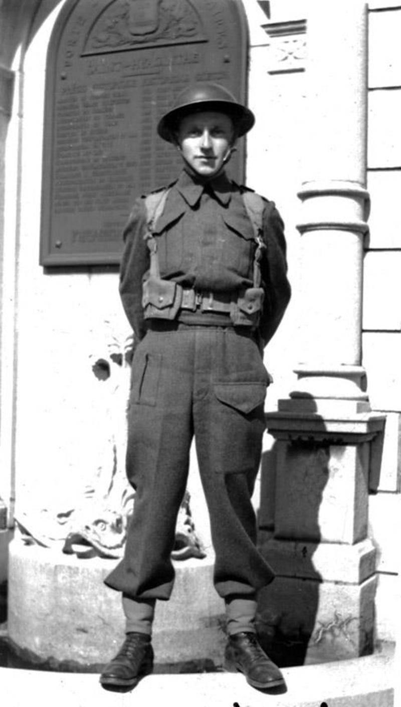 Un étudiant en costume militaire. Gaétan Bédard en habits militaires estivaux devant la porte des Maires en avril 1945 (collection Grégoire Girard).
