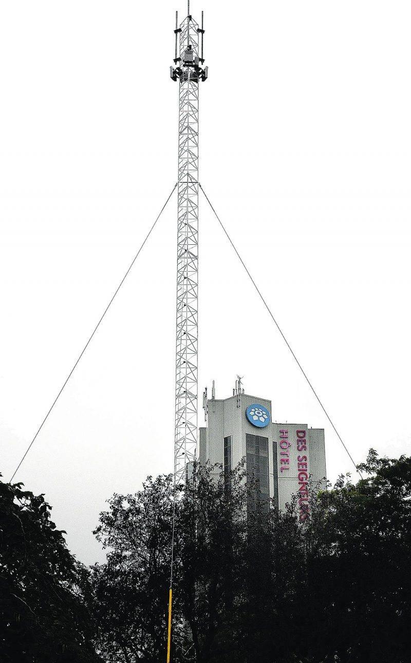 C'est sans attendre l'autorisation de la Ville de Saint-Hyacinthe que Rogers Communications a érigé une tour de télécommunication en bordure de la rue Johnson Ouest. Photo François Larivière | Le Courrier ©