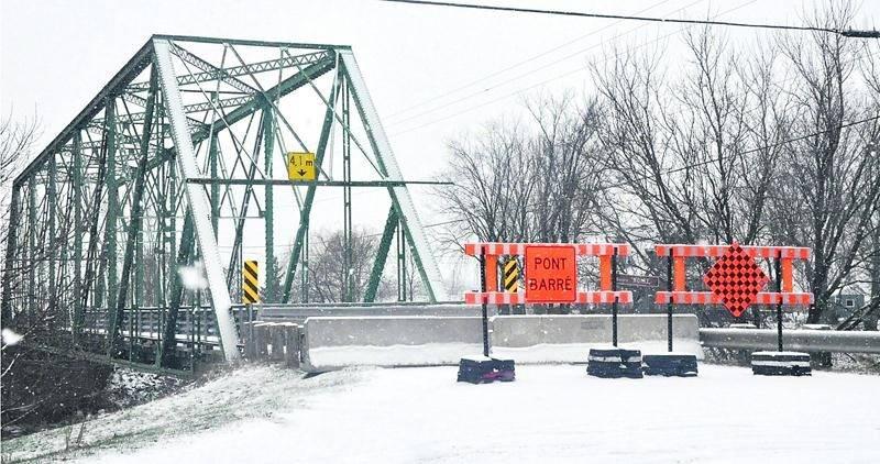 Le pont qui enjambe la rivière Noire, sur le 10e Rang à Saint-Valérien-de-Milton, est fermé à la circulation pour une période indéterminée. Photo Alain Bérubé