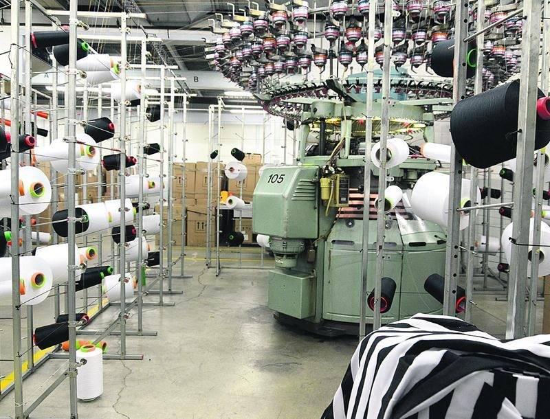 Lors du passage du COURRIER, une tricoteuse circulaire industrielle fabriquait le tissu utilisé pour la confection des chandails des arbitres de hockey de la LNH. Photo François Larivière | Le Courrier ©