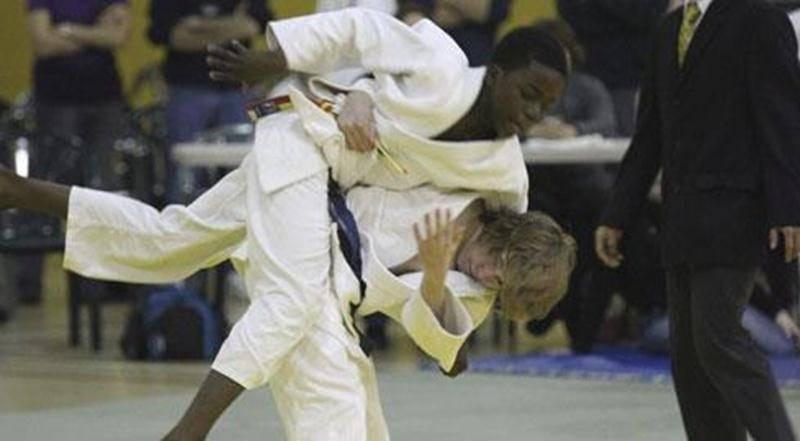 Benjamin Daviau (à droite) a réalisé un <em>ippon</em> dans les derniers instants de la finale pour décrocher l'or.