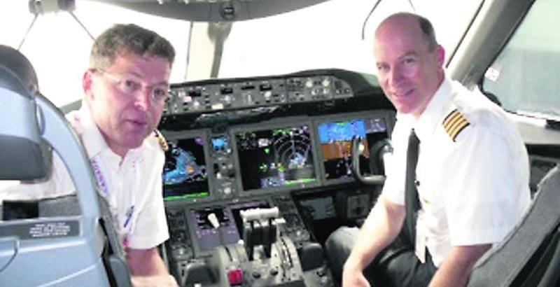 Le commandant Daniel Marchesseault (à gauche) a effectué son premier vol sur le 787 Dreamliner en direction de Tokyo-Haneda à la fin juillet.  Photo courtoisie