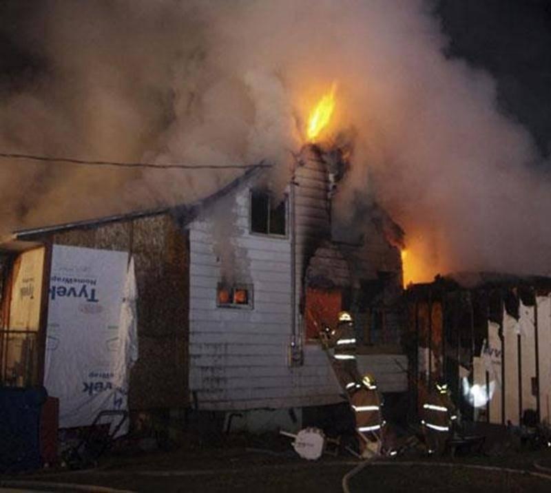 Une résidence située sur le 4 e rang à Saint-Hugues a été complètement détruite par les flammes dans la soirée de lundi. Un problème au niveau du système de chauffage serait à l'origine de l'incendie selon le directeur adjoint du Service des incendies de Saint-Hugues, Yvon Roy. Une quarantaine de pompiers ont travaillé à maîtriser le feu. Les pompiers de Saint-Barnabé, Saint-Simon, Sainte-Hélène et Saint-Nazaire ont été demandés en renfort, en plus d'un camion-citerne de Saint-Guillaume. Les sap