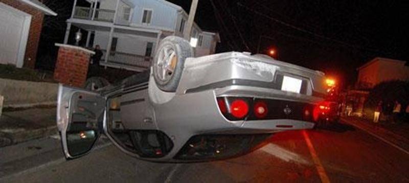 Un accident de la route s'est produit le samedi 26 novembre, vers 22 h 45, sur la rue Saint-Pierre Ouest, à Saint-Hyacinthe. Un homme qui conduisait avec les capacités affaiblies aurait tenté d'éviter une voiture qui s'amenait en sens inverse. C'est alors qu'il aurait perdu le contrôle de son véhicule qui a percuté un muret de béton dans sa course avant de se renverser. L'homme n'a pas été blessé. Il devra répondre à des accusations de conduite avec les facultés affaiblies.