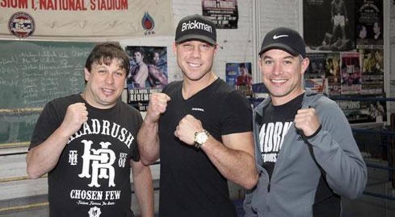 L'entraîneur-chef du Club de boxe de Saint-Hyacinthe, Marc Seyer, le boxeur Alex Hamel et l'entraîneur adjoint, Alain St-Amand.
