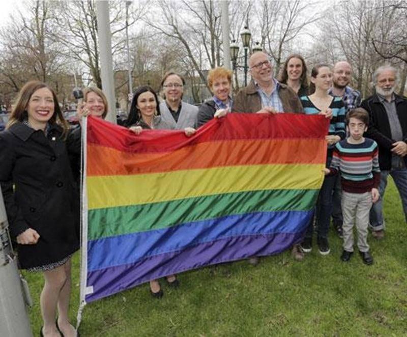 Pour la deuxième fois depuis janvier, le drapeau arc-en-ciel contre l'homophobie flotte devant l'Hôtel de Ville de Saint-Hyacinthe, pour souligner la Journée internationale contre l'homophobie, le 17 mai. En début d'année, la Ville avait posé ce geste afin de dénoncer la loi homophobe adoptée en Russie avant les Jeux de Sotchi.
