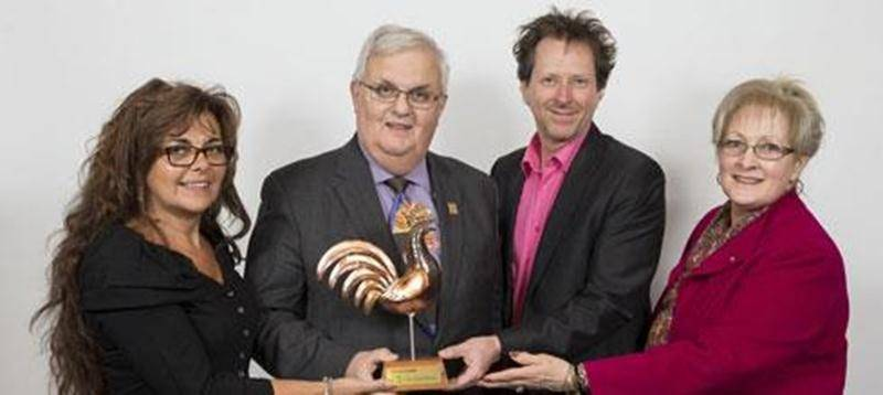 De gauche à droite : France Guilmain, André H. Gagnon, Jean-Sylvain Bourdelais et Rolande Girard-Di Lalla, présidente de la Caisse Desjardins Charles-LeMoyne et membre du Jury de Tourisme Montérégie.