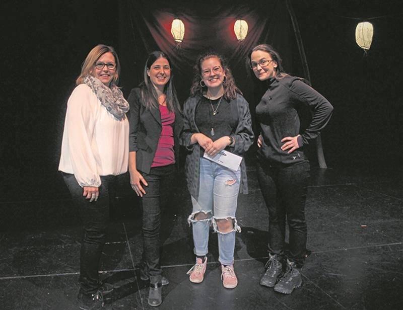 De gauche à droite : Geneviève Despars, régisseuse; Anne Lemieux, technicienne en loisirs; Mégan Brouillard, récipiendaire du 1er prix, et Cathleen Rouleau, humoriste et représentante du jury.  Photo Catherine Fasquelle
