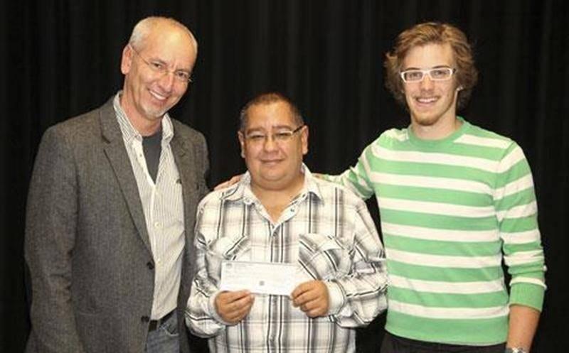 Pierre Rhéaume, Rubiel Salazar et Étienne Lussier, de l'A.S.S.H., ont remis une somme de 2 000 $ au Fonds d'aide Optimiste Douville.