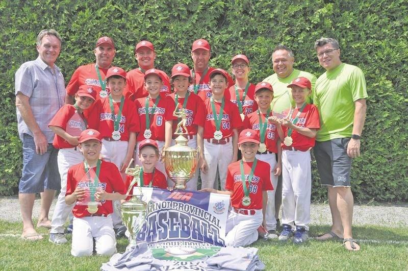 Les Condors de Saint-Hyacinthe posent fièrement avec le trophée remis aux champions de la classe B. Photo Courtoisie