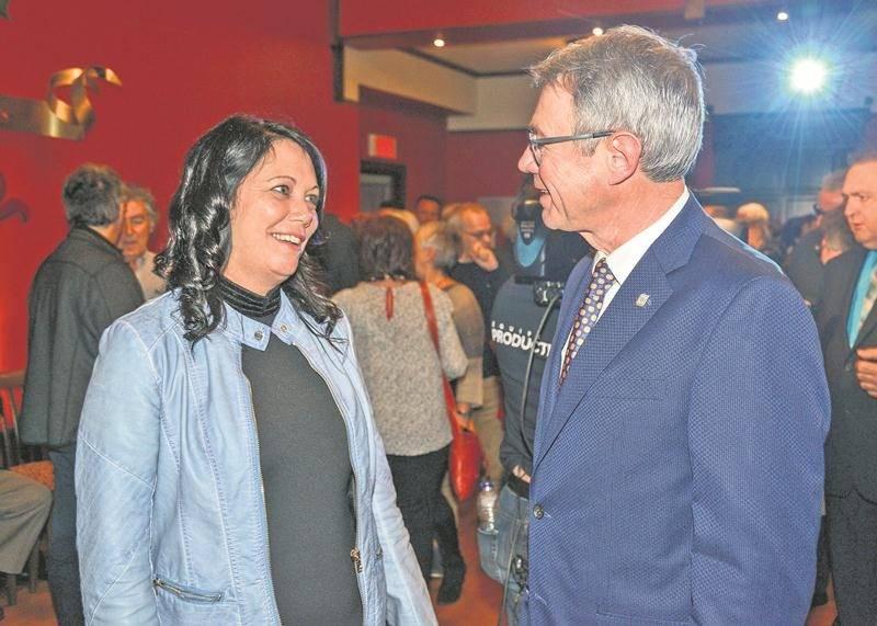 Élue dans le district Saint-Thomas-d'Aquin, Linda Roy est félicitée par le maire Claude Corbeil.