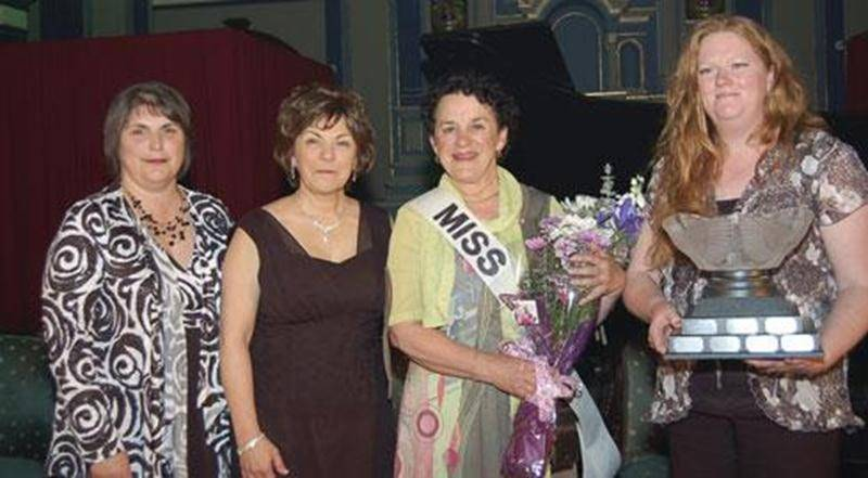Dans l'ordre habituel, Raymonde Plamondon, présidente de la Fédération des agricultrices du Québec; Micheline Beaudry-Bruneau, présidente des Agricultrices de la région de Saint-Hyacinthe; Ghislaine Delisle, récipiendaire 2012 et Serena Shufelt, gagnante 2011.