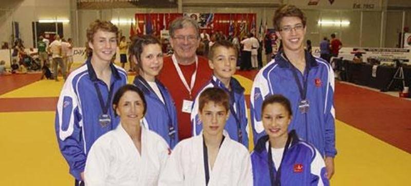 (Première rangée) Sylvie Guertin, Émile Charbonneau et Audrey Poirier. (Deuxième rangée) Bemjamin Daviau, Sandrine Fournier, Marc-Antoine Morin et Jérémie Poirier. (À l'arrière) L'entraîneur Louis Graveline.