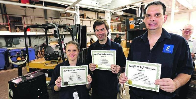 Trois employés des Ateliers Transition ont été les premiers à décrocher une certification de cariste, un bon pas vers une réintégration du marché du travail. Photo Robert Gosselin | Le Courrier ©
