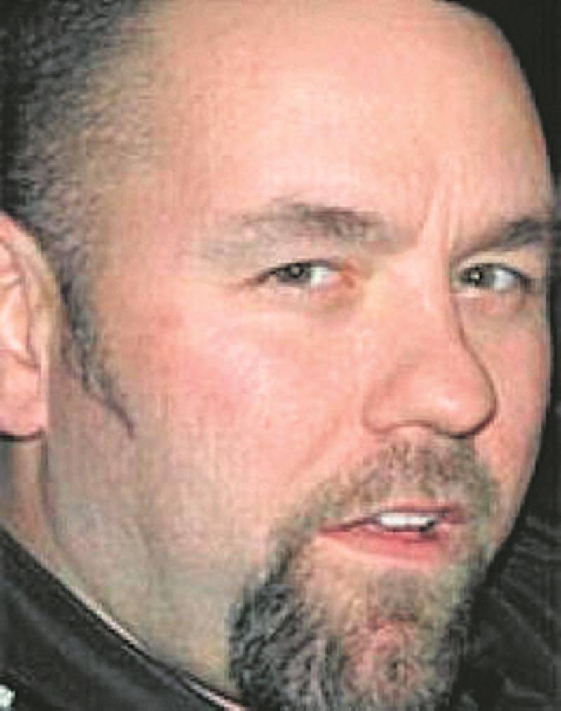 Surnommé KC, le Maskoutain Gaétan Brisebois est en cavale depuis 2009. Il était encore recherché en vertu d'un mandat pancanadien pour crime organisé. Les accusations portées contre lui lors de l'Opération SharQC viennent d'être abandonnées.
