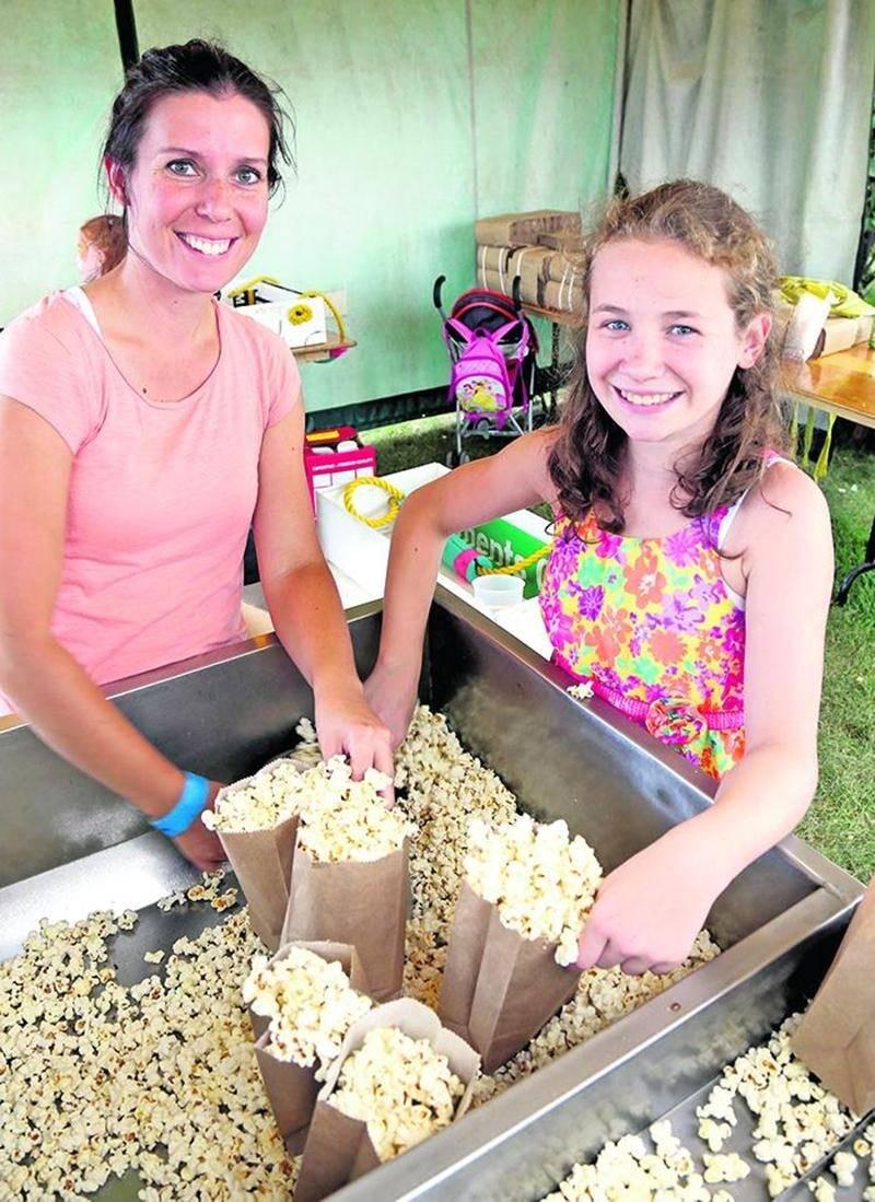 Environ 33000 épis de maïs et 20 000 sacs de maïs soufflé ont été distribués tout au long du Festival du maïs de Saint-Damase, qui s'est tenu du 4 au 7 août cette année.  Photo Robert Gosselin   Le Courrier ©