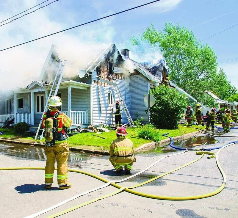 Plus de 50 pompiers ont combattu les flammes par une chaleur écrasante dimanche. Bruno Beauregard