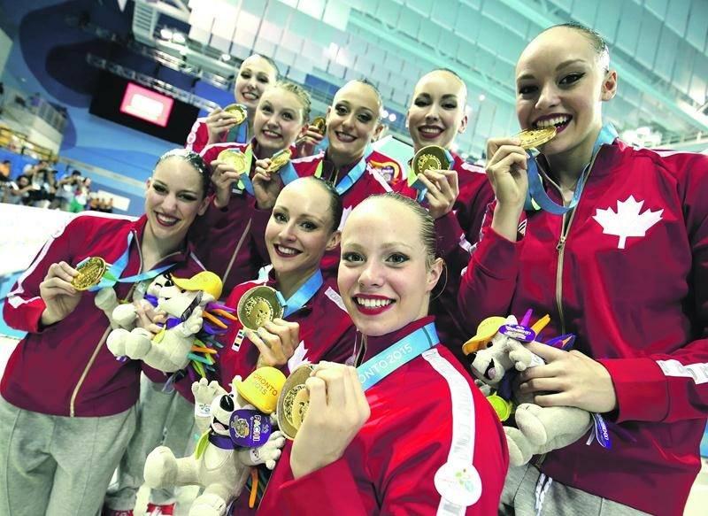 L'équipe canadienne de nage synchronisée a raflé l'or aux Jeux panaméricains, à Toronto. Annabelle pose devant à gauche. Photo Synchro Canada