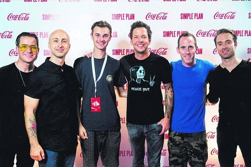 Le Maskoutain Raphaël Jubinville, 14 ans, (3e à partir de la gauche) est encore abasourdi d'avoir pu prendre la pose avec un de ses bands préférés, Simple Plan. Photo courtoisie