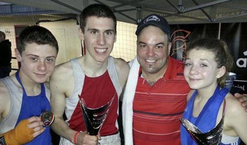 Dans l'ordre habituel, Tommy Dussault, Samuel Lajoie, l'entraîneur de l'école de boxe Les Apprentis Champions, Steve Choquette, et Audrey-Ann Morin.