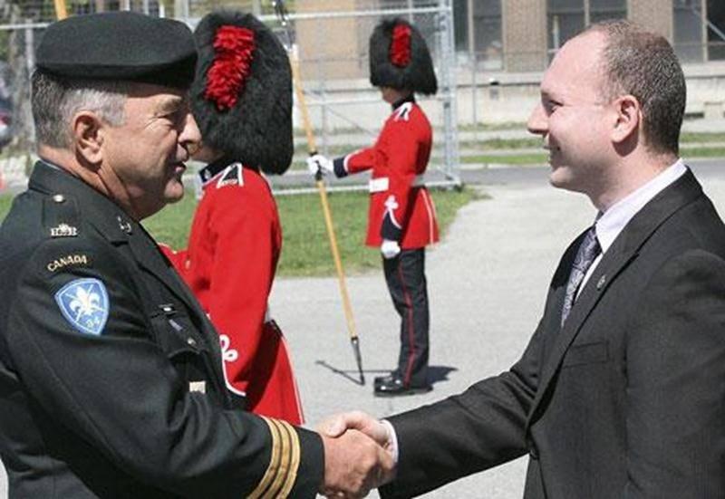 Le député de Drummond, François Choquette qui représentait la députée de Saint-Hyacinthe-Bagot Marie-Claude Morin, a remis la médaille du Jubilé de diamant au lieutenant-colonel sortant Robert Robin à l'occasion de la cérémonie de passation au 6 e Bataillon Royal 22 e Régiment, le 5 mai. M. Robin s'est démarqué par son implication au niveau militaire, notamment auprès du 22 e Régiment, et ce, depuis 1965. Il est aussi reconnu pour ses nombreuses implications auprès d'organismes de la région.