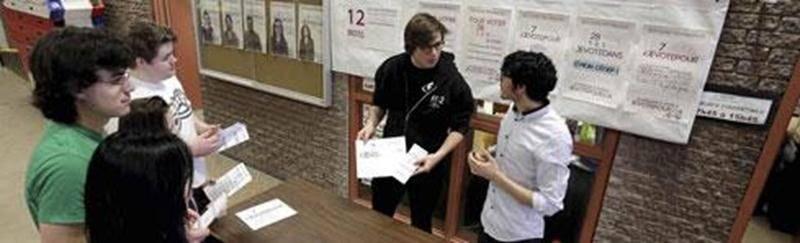 Les étudiants du Cégep de Saint-Hyacinthe pouvaient se renseigner sur les élections provinciales au kiosque organisé par le RÉÉCSH et la Fédération Étudiante Collégiale du Québec la semaine dernière.