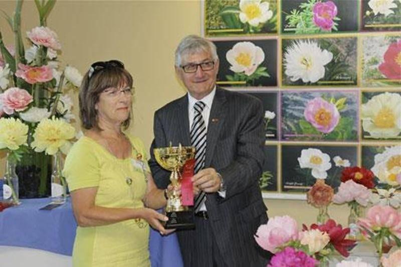 Lucie Pepin reçoit le 1 er prix toutes catégories au Festival de la pivoine à Québec, des mains de Jean-Claude Dufour, doyen de la faculté de l'agriculture et de l'alimentation de l'Université Laval.