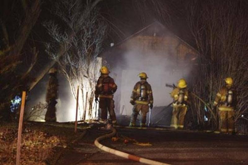 Une vingtaine de pompiers ont travaillé durant plus d'une heure dans la nuit de samedi à dimanche afin d'éteindre un incendie important qui s'est déclenché dans un garage résidentiel sur la rue Frontenac à Saint-Hyacinthe. Les flammes ont causé des dommages à l'ensemble du garage. Une fenêtre de la résidence se trouvant à proximité a éclaté à cause de la chaleur et la façade a été légèrement endommagée. L'incendie aurait été causé par un problème d'origine électrique. Les dommages s'élèvent à pl