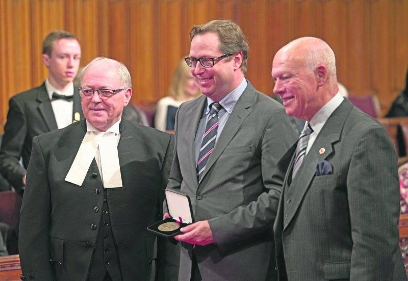 Benoit Chartier (au centre) a reçu la Médaille du Sénat des mains du président du Sénat, George J. Furey, et du sénateur Jean-Guy Dagenais.