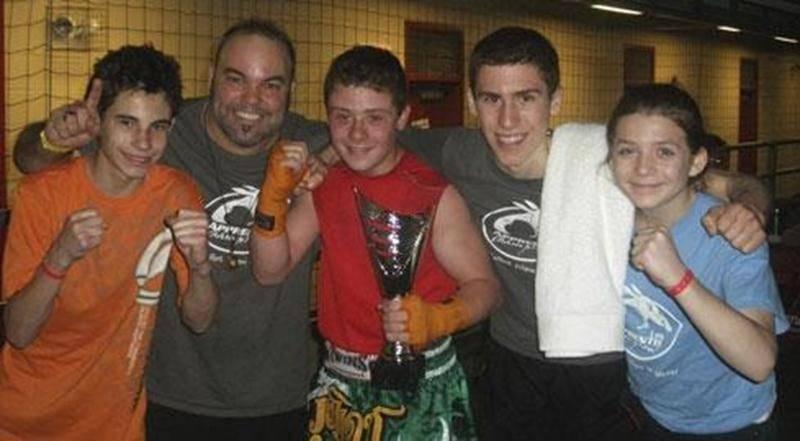 Sur la photo, Antoine Bernier, l'entraîneur de l'École de boxe les Apprentis Champions Steve Choquette, Tommy Dussault, Samuel Lajoie et Audrey-Ann Morin.