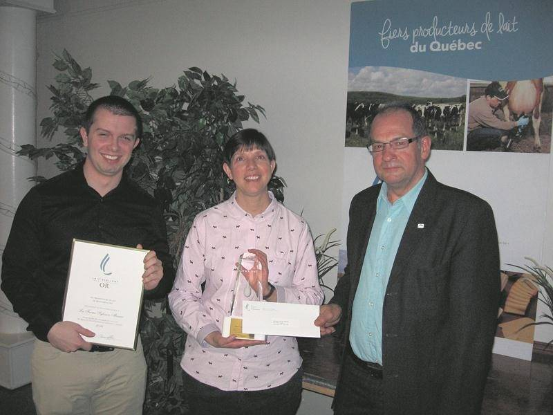 Rémi Beauchemin et Lucie Messier, membres de la famille du gagnant de la première position Sylvain Messier, en compagnie du président des Producteurs de lait de Montérégie-Est, Yvon Boucher.