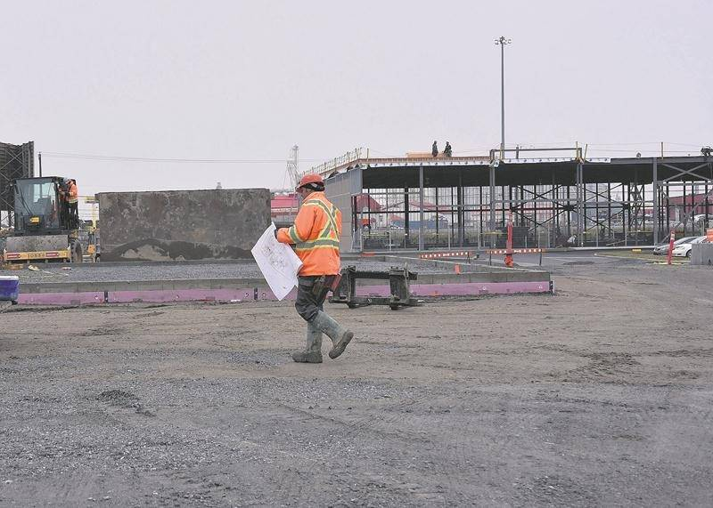 Les travaux vont bon train sur le site du Complexe Johnson en bordure de l'autoroute Jean-Lesage. À l'arrière-plan, la structure métallique du futur supermarché Super C. Photo François Larivière | Le Courrier ©