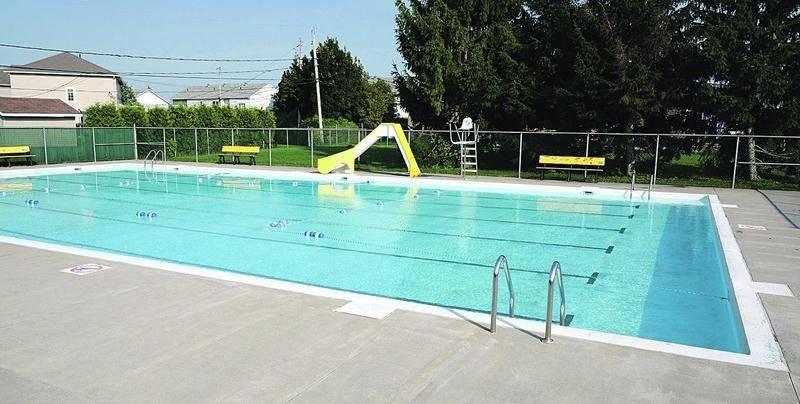 Malgré la vague de chaleur intense qui frappe la région, la majeure partie des piscines extérieures ne sont pas ouvertes à la population. Sur la photo, la piscine située dans le secteur Saint-Joseph. Photo François Larivière | Le Courrier ©