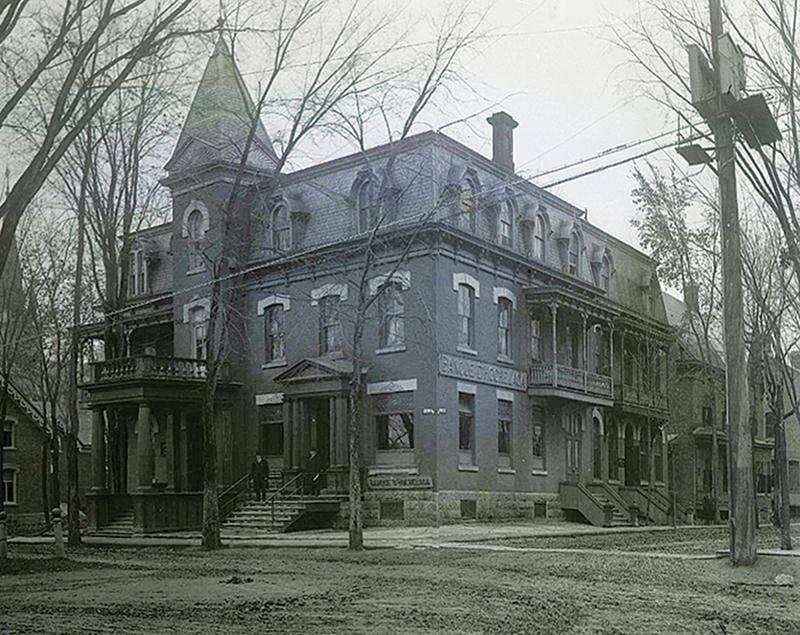 Banque d'Hochelaga (fondée à Montréal en 1874), au coin de l'avenue du Palais et de la rue Girouard. Photo collection cartes postales privées - Circa 1880