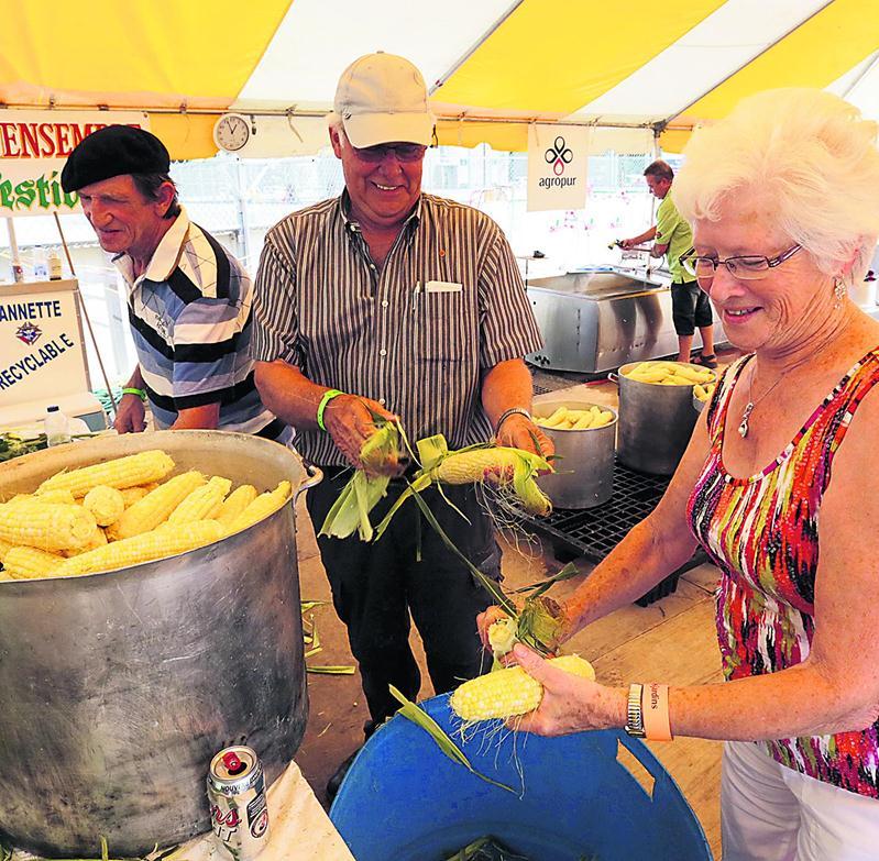 Les bénévoles ont servi près de 37000 épis de maïs sucré aux festivaliers.  Photo Robert Gosselin | Le Courrier ©