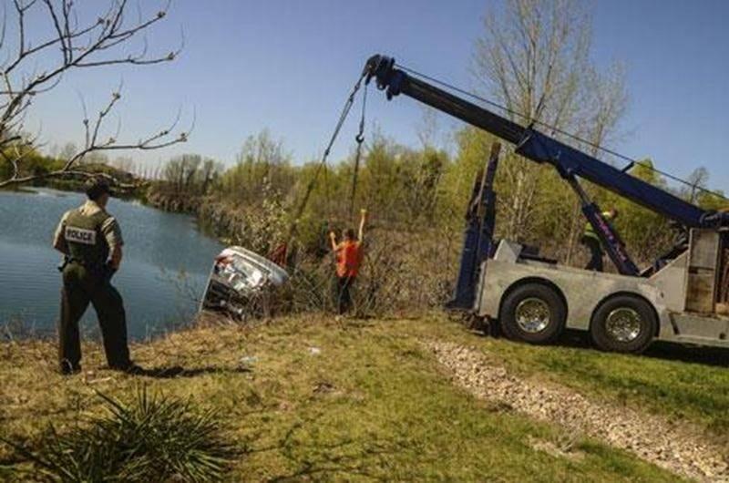 Une voiture volée a été repêchée dans un plan d'eau privé de la route Guy par les plongeurs de la Sûreté du Québec et un remorqueur samedi.