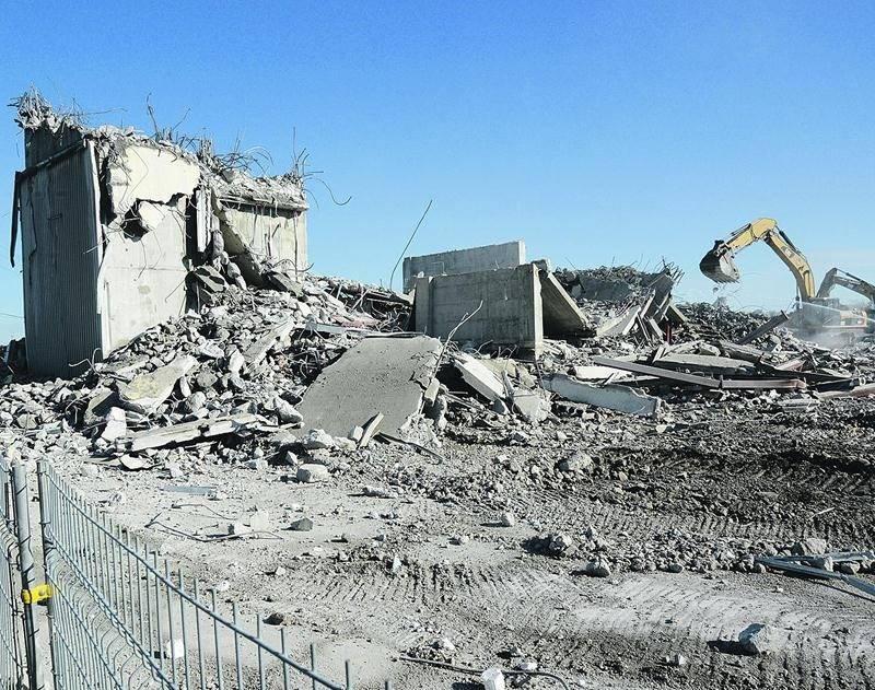 Des pelles mécaniques ont achevé le pharaonique chantier de démolition de l'Hôtel des Seigneurs.Photo François Larivière | Le Courrier ©