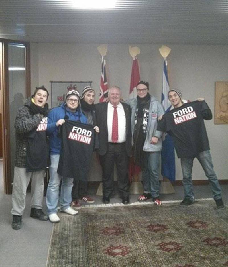 Les cinq amis entourent le maire de Toronto, Rob Ford, après s'être présentés à l'improviste à son bureau.